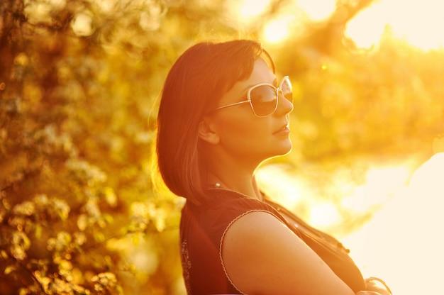 Portrait de belle fille dans le parc