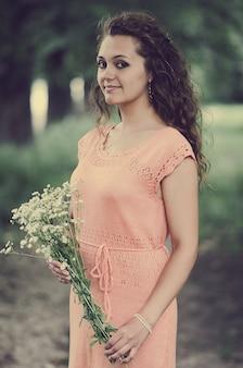Portrait d'une belle fille dans une robe douce dans la rue
