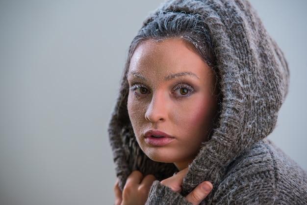 Portrait de la belle fille avec du givre sur le visage