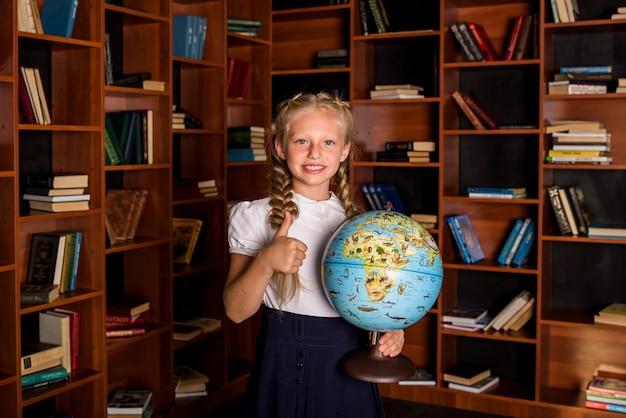 Portrait d'une belle fille étudiante montrant sa main