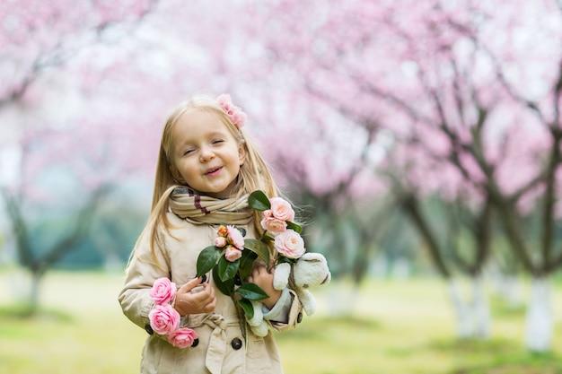 Portrait de la belle fille avec des fleurs épanouies