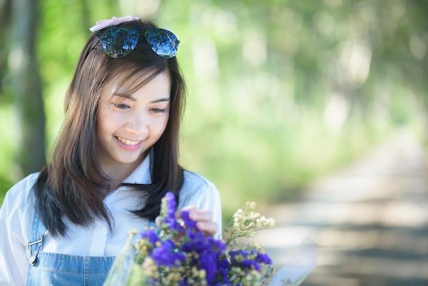 Portrait de belle fille avec des fleurs sur fond vert