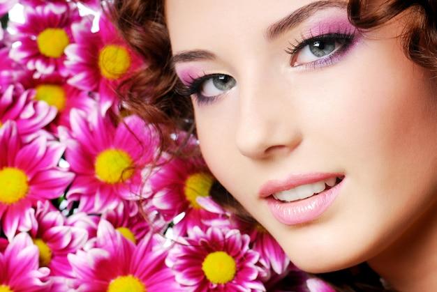 Portrait de belle fille avec des fleurs roses