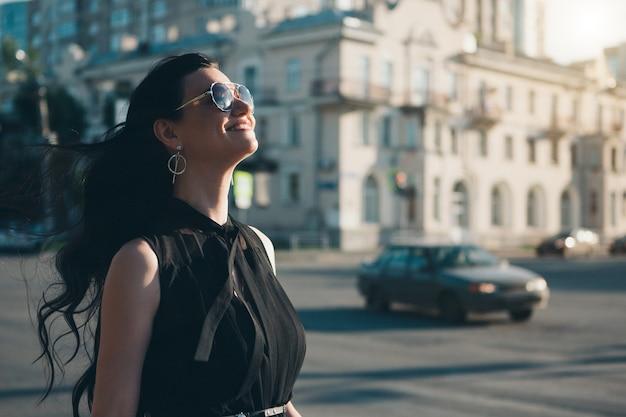 Portrait d'une belle fille sur le fond du paysage urbain