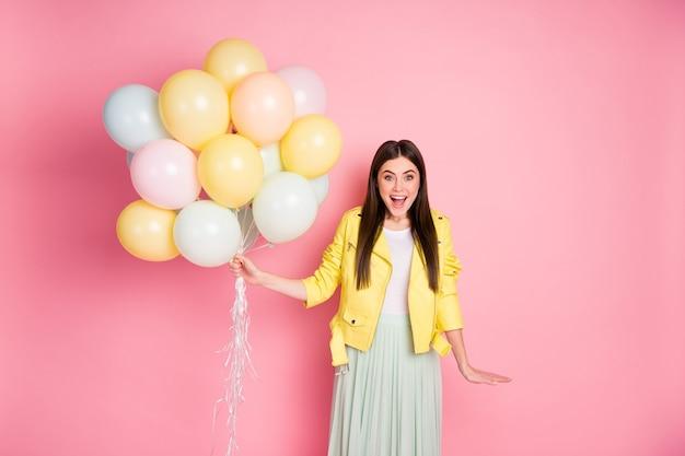Portrait de belle fille heureuse s'amusant tenant dans les mains des boules d'air crier