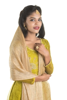 Portrait de la belle fille indienne traditionnelle posant.