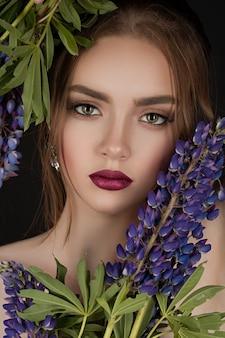 Portrait d'une belle fille avec des lupins