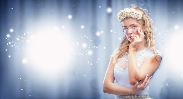 Portrait de belle fille avec maquillage créatif et ongles d'art.