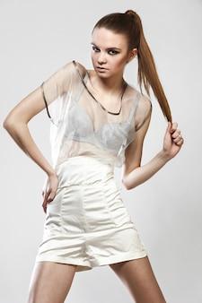 Portrait de la belle fille à la mode en robe glamour
