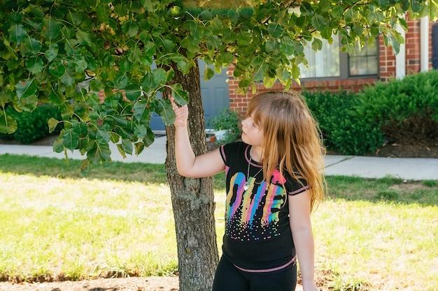 Portrait d'une belle fille sur la nature. petite marche dans le parc