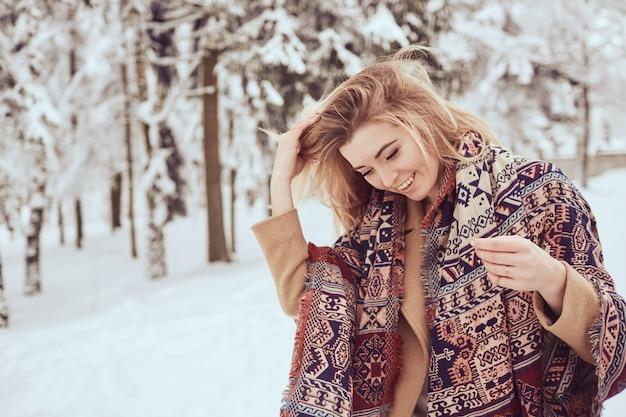 Portrait de belle fille sur le parc d'hiver