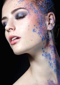 Portrait d'une belle fille avec de la peinture sur son visage