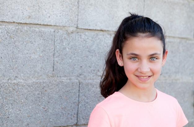 Portrait d'une belle fille preteen aux yeux bleus