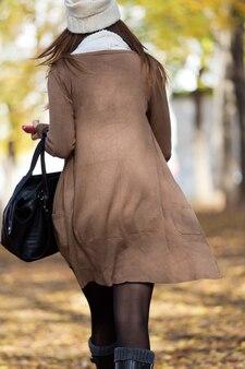 Portrait d'une belle fille qui marche en automne.