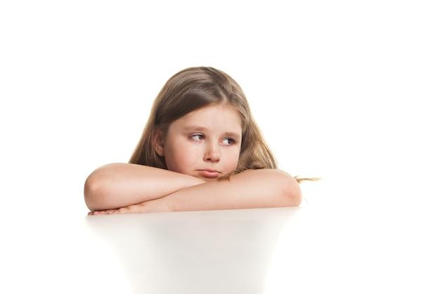 Portrait d'une belle fille qui pleure sur fond blanc