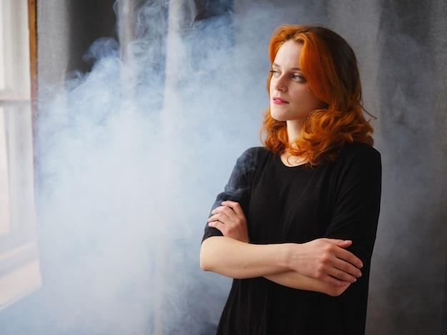 Portrait d'une belle fille rousse avec lumière naturelle