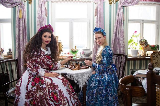 Portrait d'une belle fille russe dans un kokoshnik et une robe traditionnelle