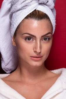Portrait de belle fille avec une serviette