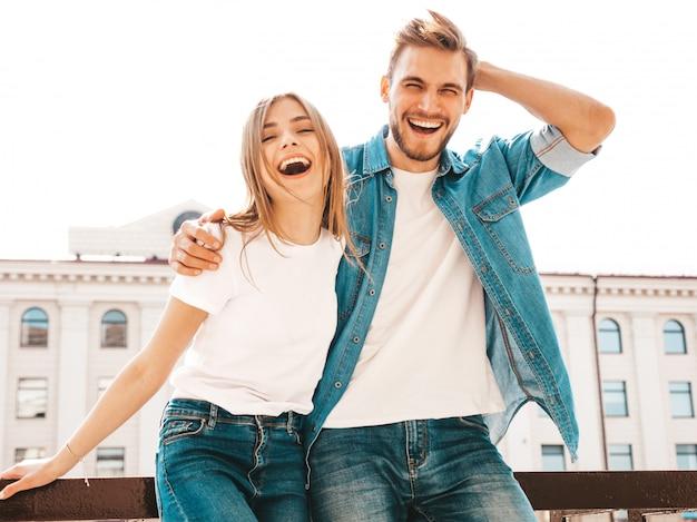 Portrait de belle fille souriante et son beau petit ami dans des vêtements d'été décontractés. . étreindre
