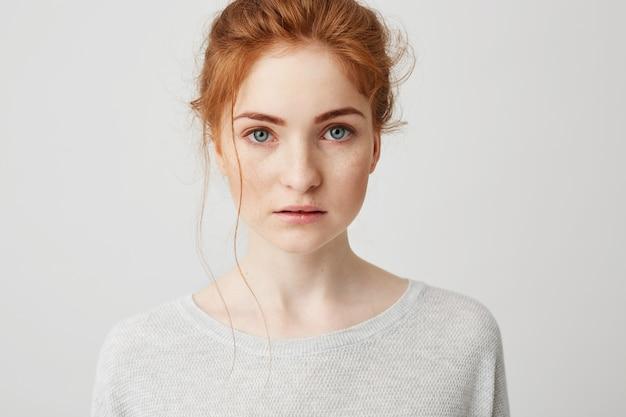 Portrait de la belle fille tendre au gingembre aux yeux bleus posant.