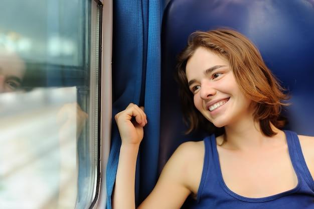Portrait d'une belle fille en train de rêver dans un wagon