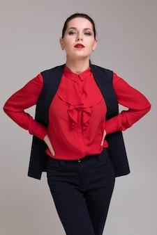 Portrait d'une belle fille en vêtements d'affaires brillant isolé