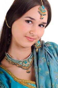 Portrait de belle fille en vêtements indiens
