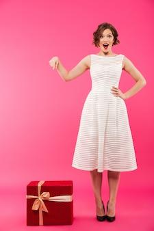Portrait d'une belle fille vêtue d'une robe