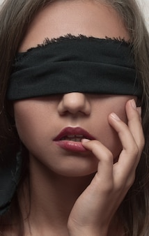 Portrait de belle fille avec les yeux bandés et visage propre