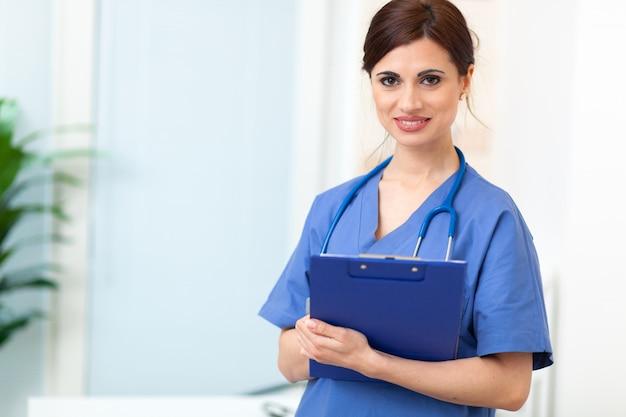 Portrait d'une belle infirmière souriante