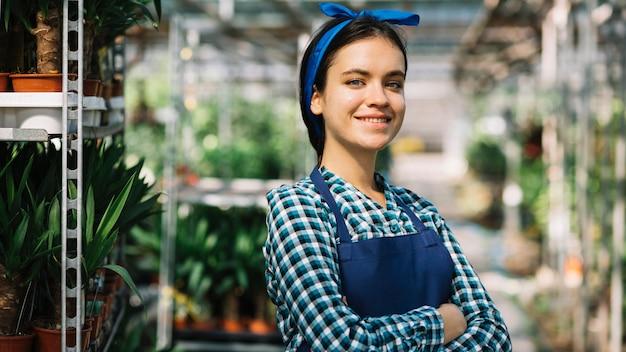 Portrait d'une belle jardinière femme regardant la caméra