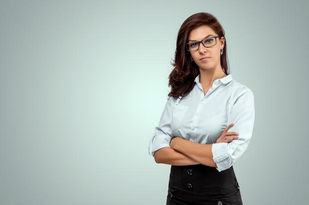 Portrait d'une belle jeune enseignante sur fond clair