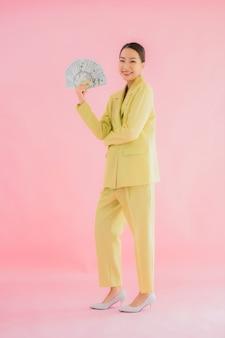 Portrait belle jeune femme d'affaires asiatique avec beaucoup d'argent ou d'argent sur la couleur