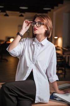 Portrait de belle jeune femme d'affaires dans des verres