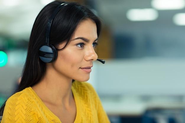 Portrait d'une belle jeune femme d'affaires avec des écouteurs