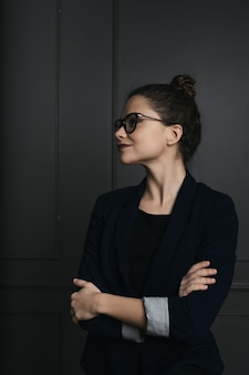 Portrait d'une belle jeune femme d'affaires