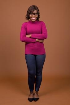 Portrait de la belle jeune femme africaine