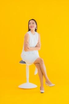 Portrait belle jeune femme asiatique en action