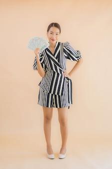 Portrait belle jeune femme asiatique avec de l'argent et de l'argent