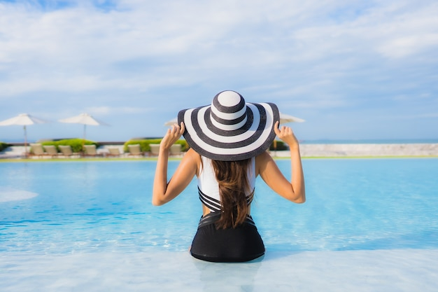 Portrait belle jeune femme asiatique autour de la piscine