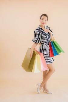 Portrait belle jeune femme asiatique avec beaucoup de sac à provisions