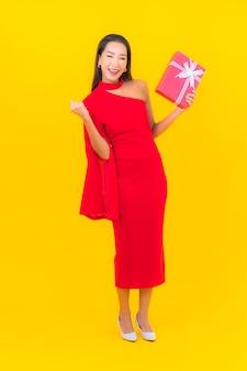Portrait belle jeune femme asiatique avec boîte-cadeau rouge