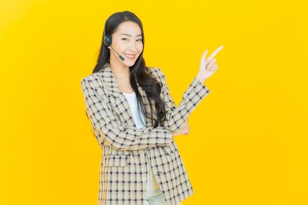 Portrait belle jeune femme asiatique avec centre d'appels centre de service client