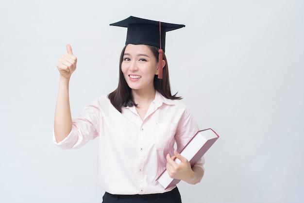 Un portrait de la belle jeune femme asiatique avec chapeau de l'éducation, concept de l'éducation.