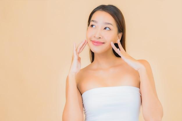 Portrait belle jeune femme asiatique dans un spa avec un maquillage naturel sur beige