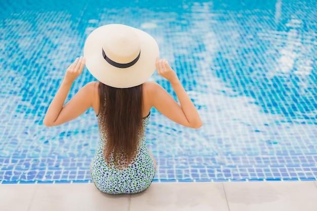 Portrait belle jeune femme asiatique de détente en plein air dans la piscine en voyage de vacances