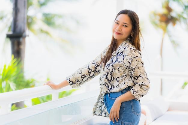 Portrait belle jeune femme asiatique heureuse et souriante avec voyage dans hôtel resort neary mer et plage