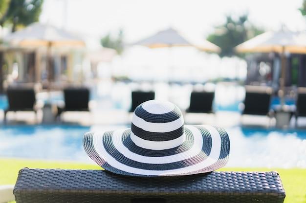 Portrait belle jeune femme asiatique heureuse sourire et se détendre autour de la piscine dans l'hôtel resort
