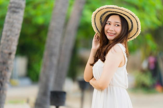 Portrait belle jeune femme asiatique heureuse et sourit sur la plage, la mer et l'océan