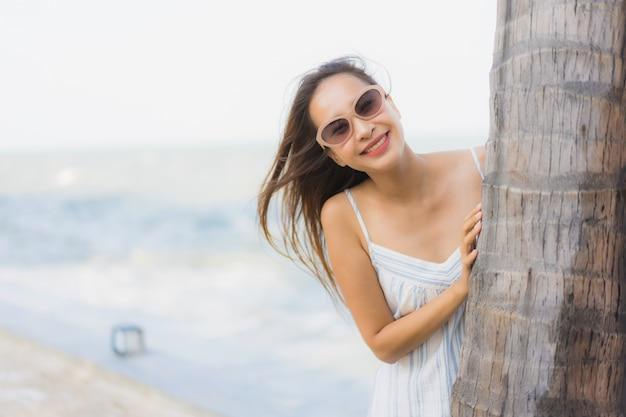 Portrait belle jeune femme asiatique heureux sourire se détendre autour de la plage et la mer